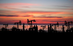 Pour deux hommes sur le gisement de pétrole avec la pompe Photo libre de droits