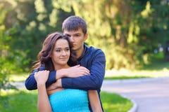 Pour deux personnes s'aimant se reposant en parc Photographie stock libre de droits