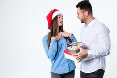 Pour donner des cadeaux Jeune belle femme recevant un cadeau de son ami Photos stock