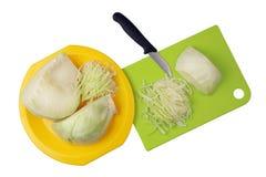 Pour faire cuire un chou savoureux de potage aux légumes doit être finement hachée Images stock