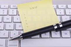 Pour faire le mot de liste sur remarquable collant avec le clavier moderne au backgrou images stock