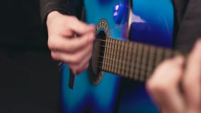 Pour jouer la guitare avec un plectre clips vidéos