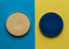 Pour le maquillage Nuance lumineuse sur un fond de couleur photographie stock