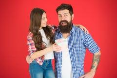 Pour le meilleur papa jamais Père barbu d'homme et fille mignonne de petite fille sur le fond rouge Célébrez le jour de pères fam photos libres de droits