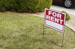 Pour le signe de loyer avec des maisons à l'arrière-plan Photo libre de droits