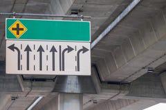 Pour les signes directionnels installés près de la route Images stock