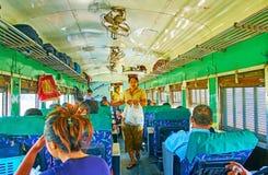 Pour manger dans le train, Yangon, Myanmar Images stock