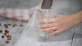 Pour mettre une crème de chocolat dans le sac d'un confiseur banque de vidéos