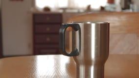 Pour ouvrir et fermer un thermos de tasse avec la vapeur banque de vidéos
