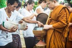 Pour présenter la nourriture à un prêtre bouddhiste Images libres de droits