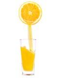 Pour remplir, pleuvoir à torrents une glace de jus, orange Photos stock