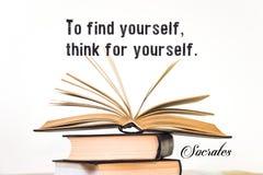Pour se trouver, pensez pour vous-même socrates Ouvrez le livre sur un fond clair image libre de droits