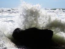 Pour sentir la puissance des vagues Image stock