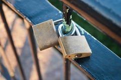 Pour toujours le serment d'amour par des couples padlocks sur une balustrade dans Kore du sud Photo libre de droits