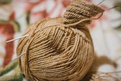 Pour tricoter des rais Une boule des fils de laine et d'un rai pour le tricotage Photo stock