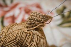 Pour tricoter des rais Une boule des fils de laine et d'un rai pour le tricotage Photos stock