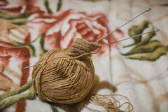 Pour tricoter des rais Une boule des fils de laine et d'un rai pour le tricotage Images libres de droits