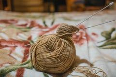 Pour tricoter des rais Une boule des fils de laine et d'un rai pour le tricotage Image stock