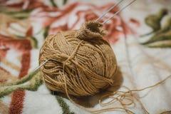 Pour tricoter des rais Une boule des fils de laine et d'un rai pour le tricotage Photo libre de droits