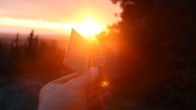 Pour voyager est de vivre idée, inscription dans le livre et coucher du soleil dans la forêt banque de vidéos