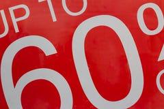 Pourcentage jusqu'à 60 rouge de vente de signe dans l'affichage de fenêtre de magasin photos libres de droits