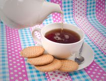 Pouring a cup of tea Royalty Free Stock Photography