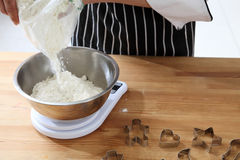 Pouring flour Royalty Free Stock Photography