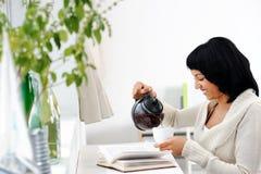 Pouring tea Royalty Free Stock Photos