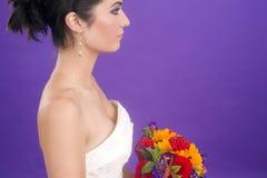 Pourpre femelle magnifique de bouquet floral de portrait de profil de jeune mariée Images stock