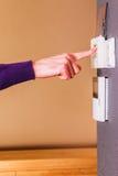 Pourpre propre de jeune thermostat masculin de main Photographie stock