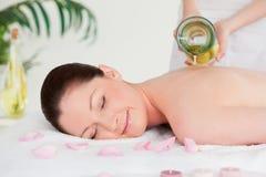 Pourring massageolja o för Masseuse royaltyfria bilder