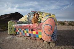 Poursuivez la pose sur le divan carrelé dans la ville fantôme de rhyolite image libre de droits