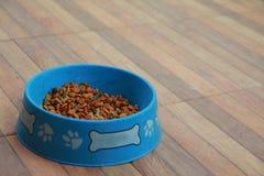 Poursuivez le bol sec de nourriture, utile pour des milieux Image stock
