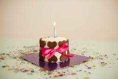Poursuivez le gâteau d'anniversaire avec des biscuits d'os, ruban, bougie Photo stock