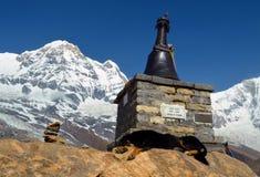 Poursuivez le mensonge sur la tombe du grimpeur dans le camp de base d'Annapurna Photos libres de droits