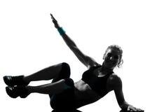 Pousées d'abdominals de maintien de forme physique de séance d'entraînement de femme Photographie stock libre de droits