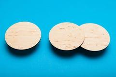 Pousa-copos de madeira da cerveja, conceito de projeto de madeira Molde redondo, modelo imagens de stock