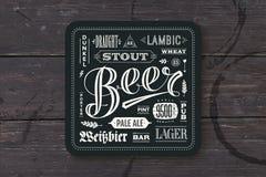 Pousa-copos para a cerveja com rotulação tirada mão ilustração do vetor