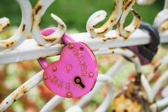 ?pousant la tradition - serrures sur le pont ou la barri?re photographie stock libre de droits