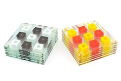 Pousas-copos coloridas para o vidro isolado no branco imagens de stock royalty free