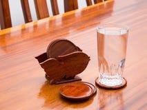 Pousas-copos e vidro da água Fotografia de Stock