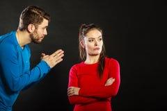 Épouse bouleversée de présentation d'excuses de femme de mari plein de regrets d'homme Photographie stock