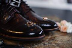 ?pouser des chaussures du mari? sur un fond fonc? photos libres de droits