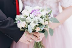 ?pouser floristry dans les mains de la jeune mari?e photographie stock libre de droits