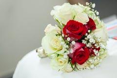 Épouser le bouquet de roses rouges et blanches Photographie stock libre de droits