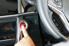 Poussée de femme d'affaires un bouton marche de moteur Photo libre de droits