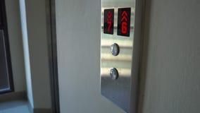 Poussée de femme le bouton pour appeler un ascenseur et à entrer à l'intérieur clips vidéos