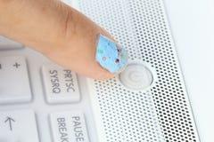 Poussée du bouton de puissance sur l'ordinateur portable Photo libre de droits
