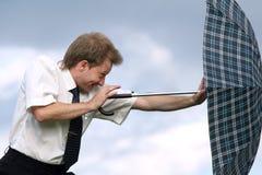 Poussée du parapluie contre le vent Photographie stock libre de droits