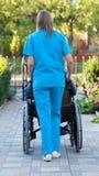 Poussée du patient dans le fauteuil roulant Photographie stock libre de droits